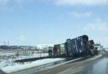 Kamion sleteo s puta i prevrnuo se
