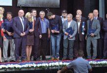 Loznički čelnici Vidoje Petrović i Milena Manojlović Knežević, visoki gost Nikola Selaković sa dobitnicima priznanja grada.
