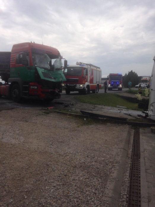 stravican-udes-kod-loznice-sudar-kamiona-i-autobusa-vise-povredjenih